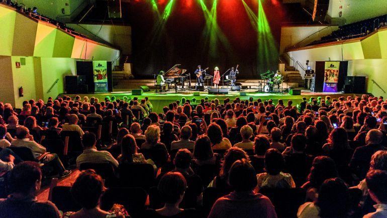 Más de mil personas acuden al concierto de Sole Giménez a beneficio de Asindown